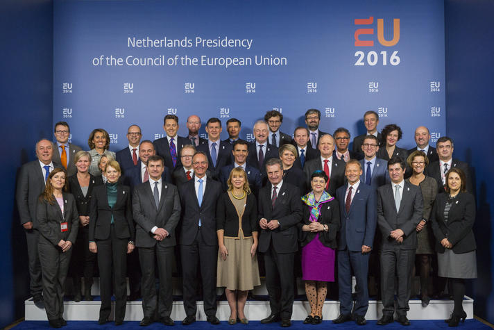 Familie foto van de ministers van Concurrentievermogen (Industrie en Interne Markt) met minister Henk Kamp van Economische Zaken (EZ).