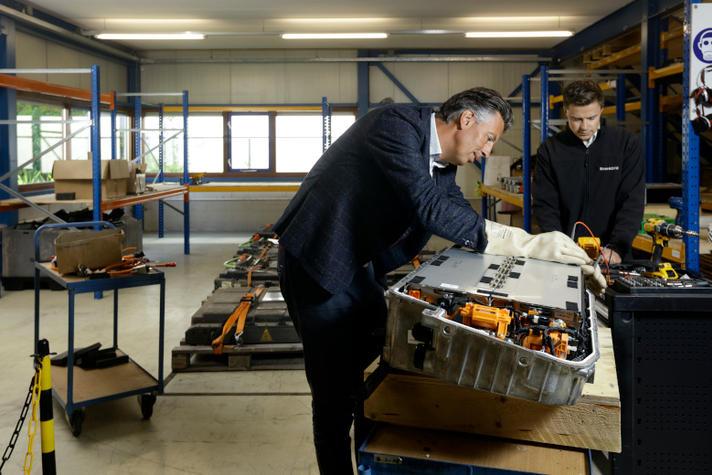 Pieter Ursem recyclet accu's. Maar hoe lang nog?