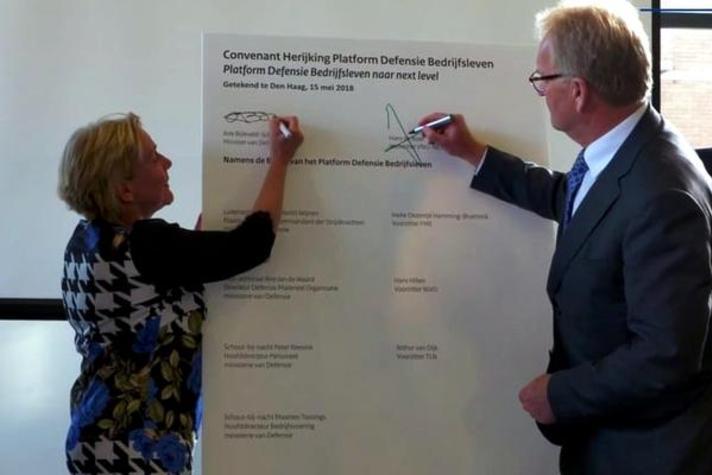 Minister Bijleveld (Defensie) en VNO-NCW-voorzitter De Boer